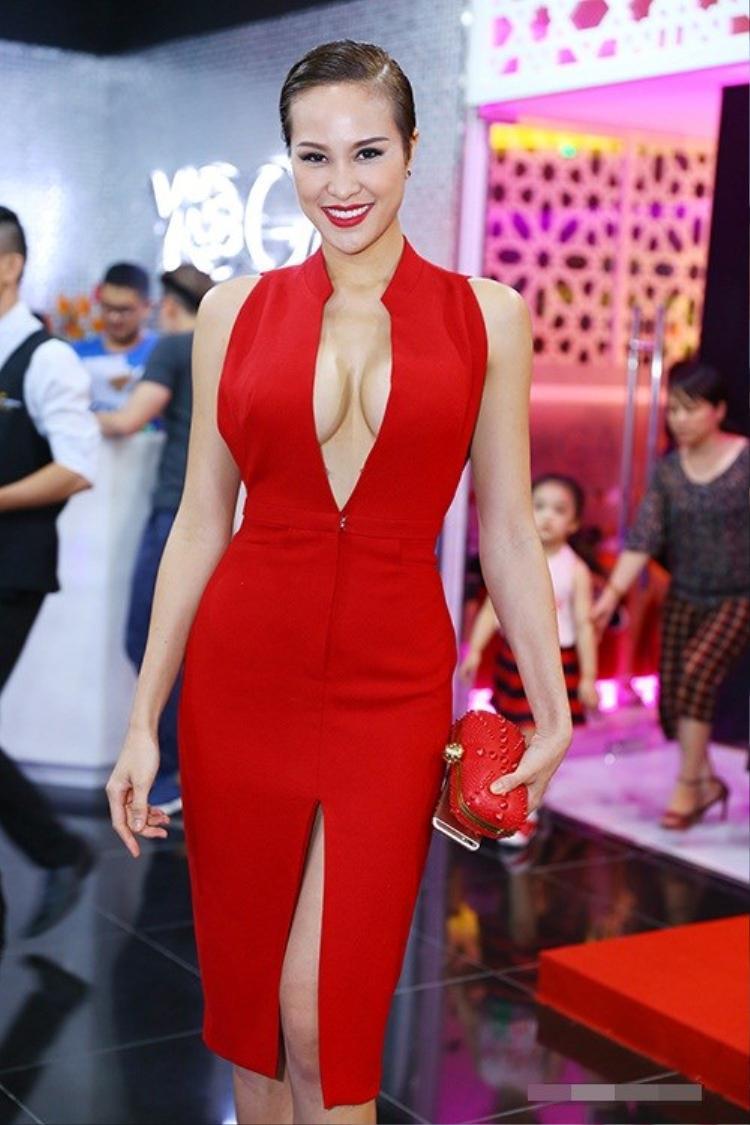 Việc sở hữu vòng một nóng bỏng, giúp Phương Mai là một trong những người đẹp thường xuyên lăng xê vòng một tại các sự kiện giải trí.