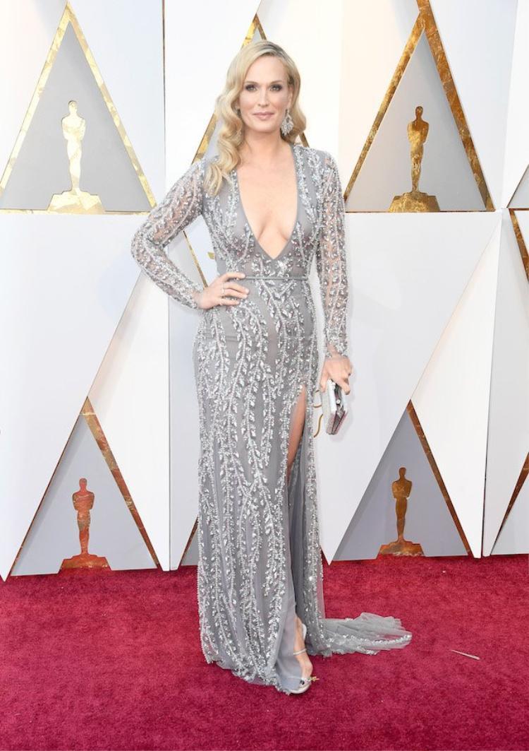 Diễn viên 45 tuổi người Mỹ Molly Sims khoe vẻ đẹp quý phái trong thiết kế khoe trọn thềm ngực.