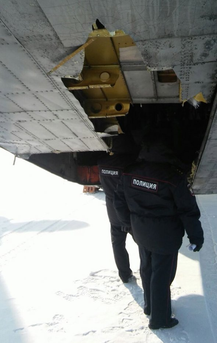 Nhân viên an ninh đang kiểm tra bộ phận bị hỏng của máy bay vận tải. Ảnh:RBC
