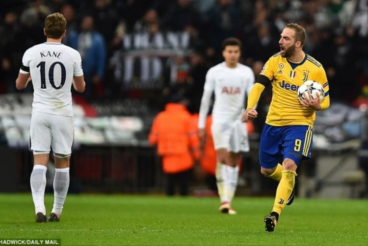 Tottenham thua ngược trên sân nhà khi chịu 2 bàn thua trong vòng vỏn vẹn 3 phút.