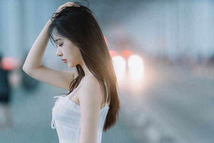 Cô gái được gọi là bản sao của Sulli vì vẻ đẹp vừa gợi cảm, vừa ngây thơ và thường xuyên để mặt mộc