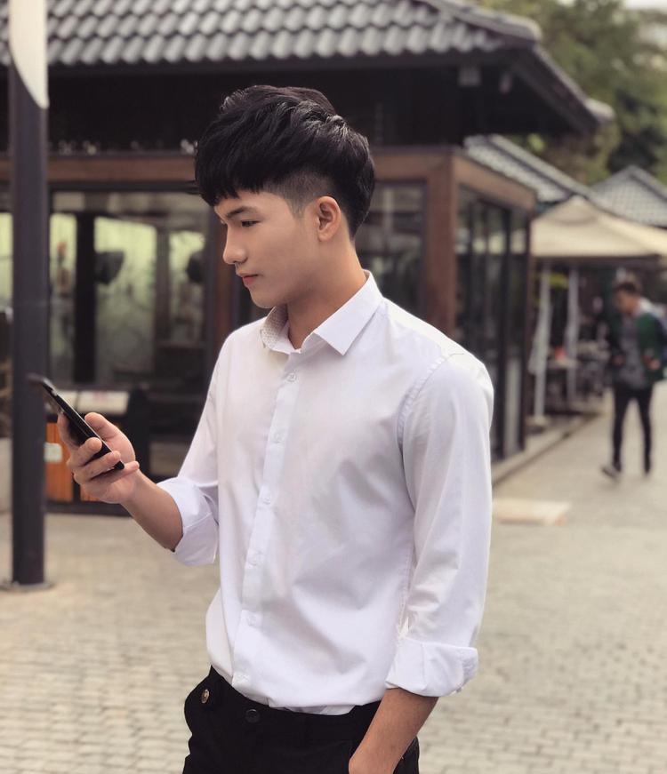 Sở hữu gương mặt thanh tú cùng chiều cao nổi bật, Nguyễn Tùng Lâm luôn là cái tên được nhiều bạn nữ sinh 'truy tìm' sau khi trở thành Gương mặt thương hiệu của trường Đại học Thăng Long.