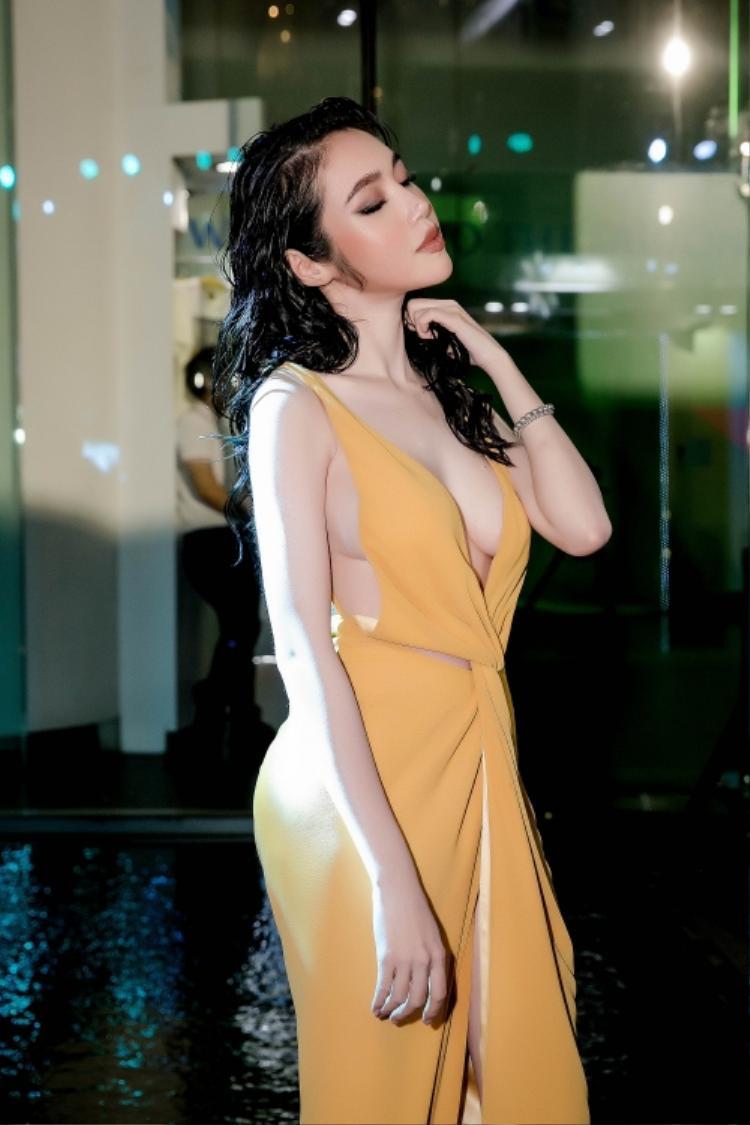 Những tưởng kiểu váy chít eo này có thể khoe được vòng eo con kiến của người đẹp. Nhưng Không! Dường như chiếc váy đi ngược lại mong muốn của người mặc nó.