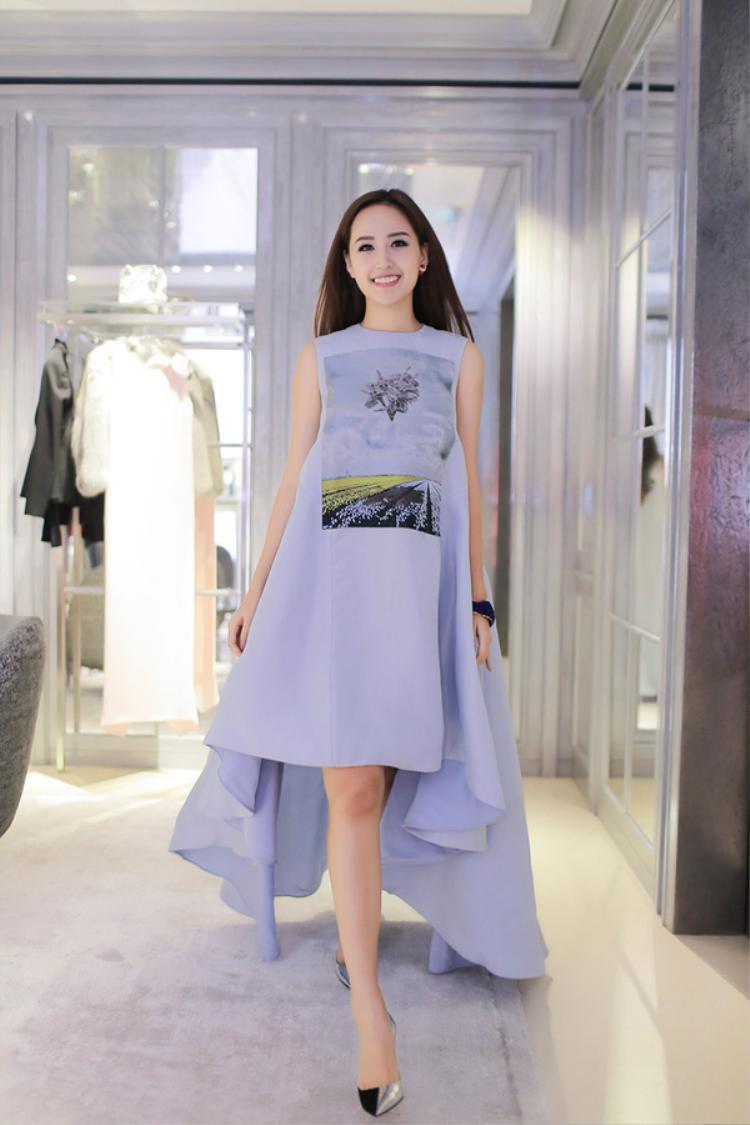 """Chiếc váy gần 200 triệu đồng này của Mai Phương Thúy dường như thách thức người nhìn tìm kiếm vòng eo đang """"lạc trôi"""" của cô."""