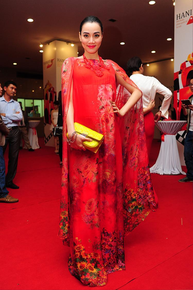 Đố bạn nhìn thấy vòng eo của Trang Nhung trong chiếc váy này đấy!