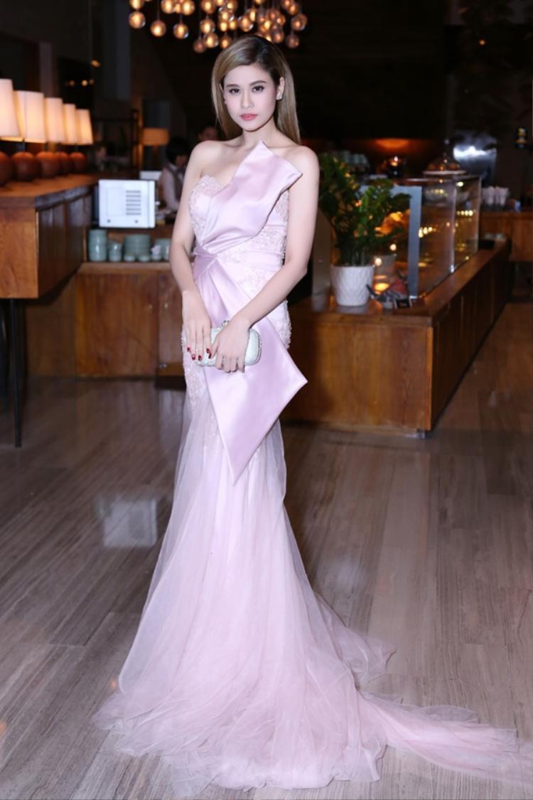Trương Quỳnh Anh cũng là một trong mỹ nhân sở hữu thân hình nóng bỏng cùng thời trang thảm đỏ lộng lẫy, thế nhưng cũng có lúc bị kiểu váy chít eo dìm hàng.