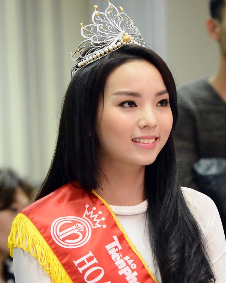 Nhớ khi mới đăng quang, Hoa hậu Việt Nam 2014 sở hữu khuôn mặt tròn trịa cùng sống mũi không được cao cùng chiếc cằm ngắn bé xinh.