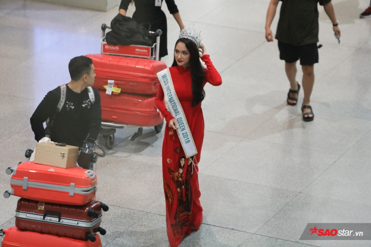 Hương Giang diện áo dài đỏ nổi bật khi gặp gỡ người hâm mộ.