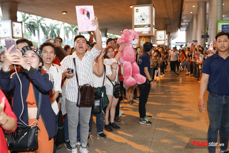 Fan hào hứng đón Hương Giang về nước.