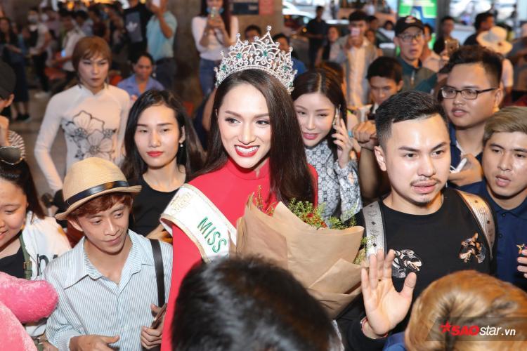 CLIP: Hoa hậu Hương Giang diện áo dài đỏ, đội vương miện trong vòng vây người hâm mộ