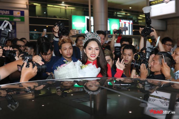 Hương Giang có 2 ngày để giao lưu, gặp gỡ truyền thông trước khi trở lại Thái Lan thực hiện nhiệm vụ của đương kim hoa hậu.