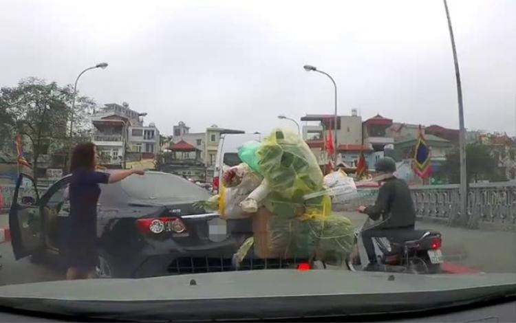 Hình ảnh nữ tài xế đi ô tô chỉ tay, đôi co với người đi xe máy.