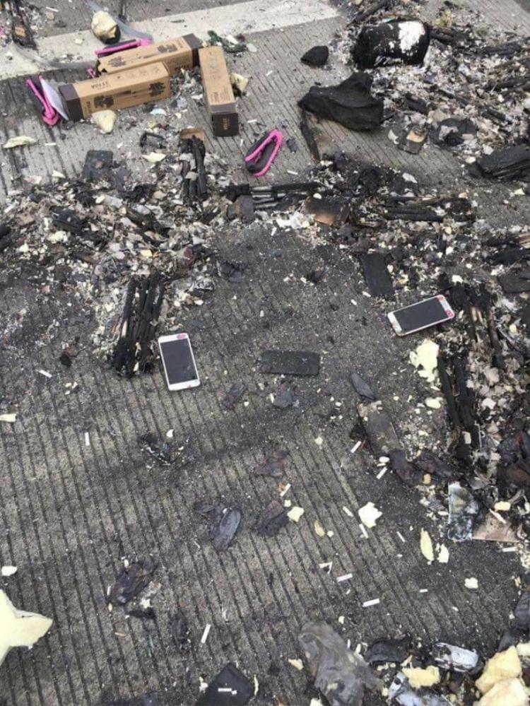 Nhiều linh kiện và iPhone X bị thiêu rụi.