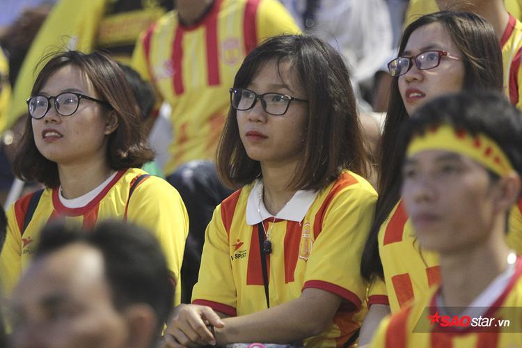 Vẻ mặt buồn bã của các 'bóng hồng' Nam Định khi đội bóng quê hương thua trận đáng tiếc.
