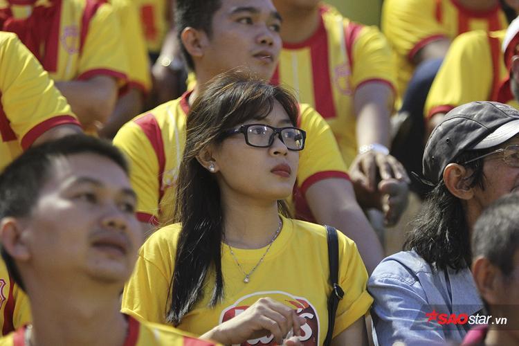 Dàn hot girl xinh đẹp đội mưa cổ vũ Nam Định trong ngày đối đầu Chelsea Việt Nam