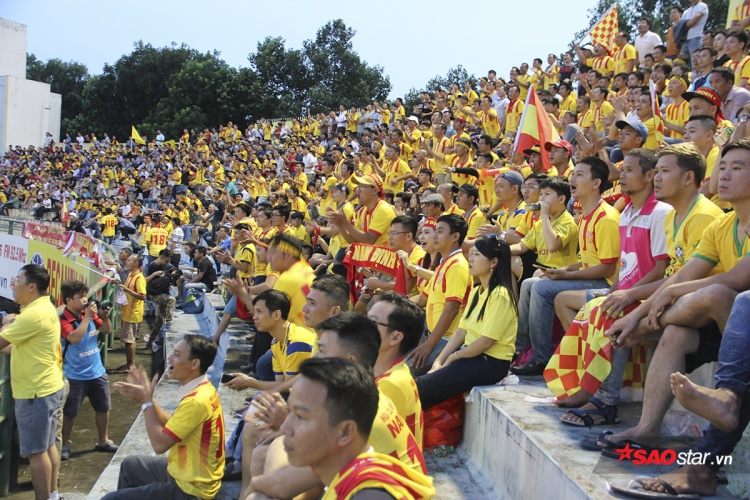 Sát giờ bóng lăn. khán đài C bị phủ vàng bởi khoảng 1.000 cổ động viên đội khách. Đây đều là những người con xa quê, vừa ủng hộ đội bóng cũng vừa là dịp để người dân Nam Định gặp gỡ nhau tạo nên một không khí vô cùng cuồng nhiệt.