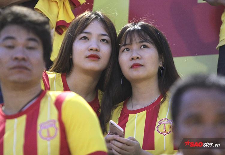 """Trong số này, không ít những bóng hồng xinh đẹp đến """"tiếp lửa"""" cho thầy trò HLV Nguyễn Văn Sỹ."""