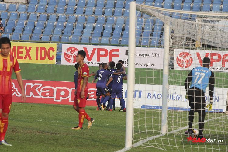 Với dàn đội hình đẳng cấp và giàu kinh nghiệm, B. Bình Dương chơi trên cơ trong hiệp 1 và có được 2 bàn thắng do công của Tấn Tài (20′) và Romario (47′).