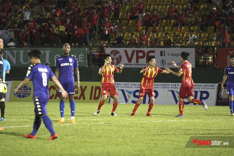 Dưới sự tiếp lửa cuồng nhiệt của người hâm mộ, các cầu thủ Nam Định thi đấu đầy quyết tâm và có được bàn rút ngắn tỉ số ở phút 60 do công của Văn Thuận.