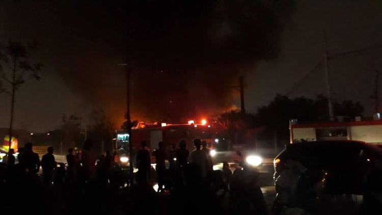 Nhiều lượt xe cứu hỏa được điều động đến dập lửa.