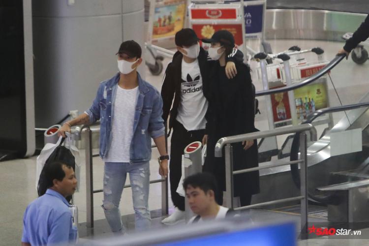 Đông Nhi - Ông Cao Thắng tình tứ khoác vai nhau tại sân bay.