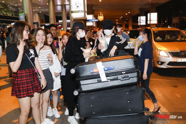 Dù đã khuya, các fan vẫn nán lại sân bay để được ở bên thần tượng.