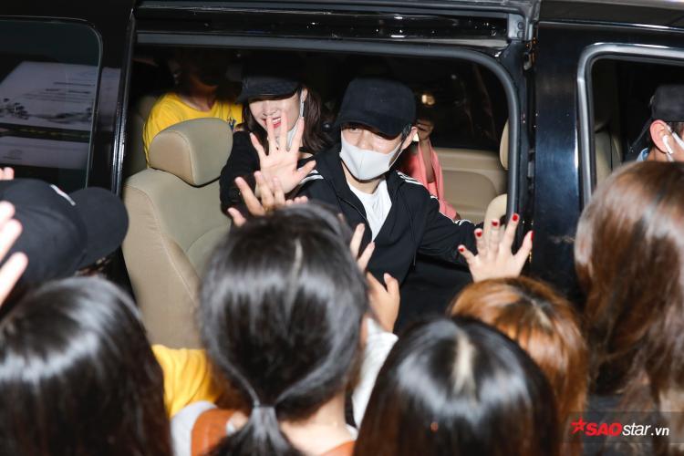 Cặp đôi nổi tiếng chào tạm biệt fan trước khi ra về.