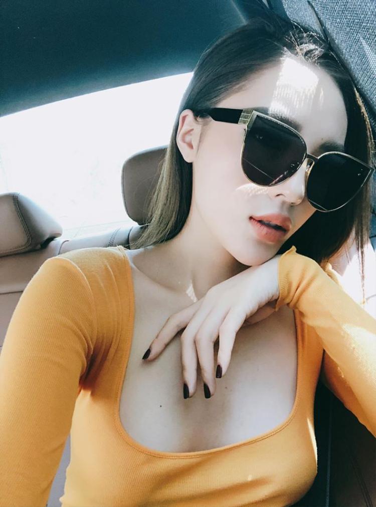 Trong bức hình mới nhất khoe fan hâm mộ, Kỳ Duyên gây chú ý bởi vẻ sexy và cặp mắt kính cực chất.