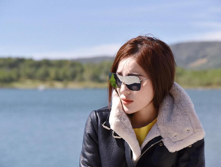 Ngoài ra thì Duyên cũng sở hữu một loạt các cặp kính đến từ các thương hiệu đình đám khác. Như cặp kính Chanel mắt gương, dáng siêu nhân này.