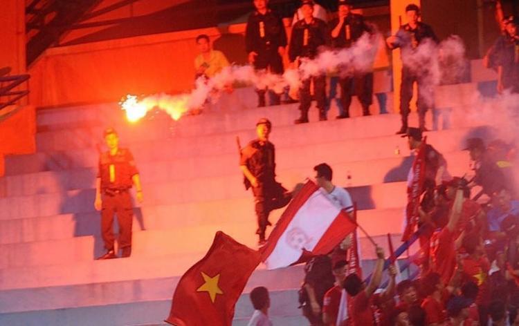 Pháo sáng bị đốt trên sân hàng Đẩy. Ảnh Hải Phòng FC.