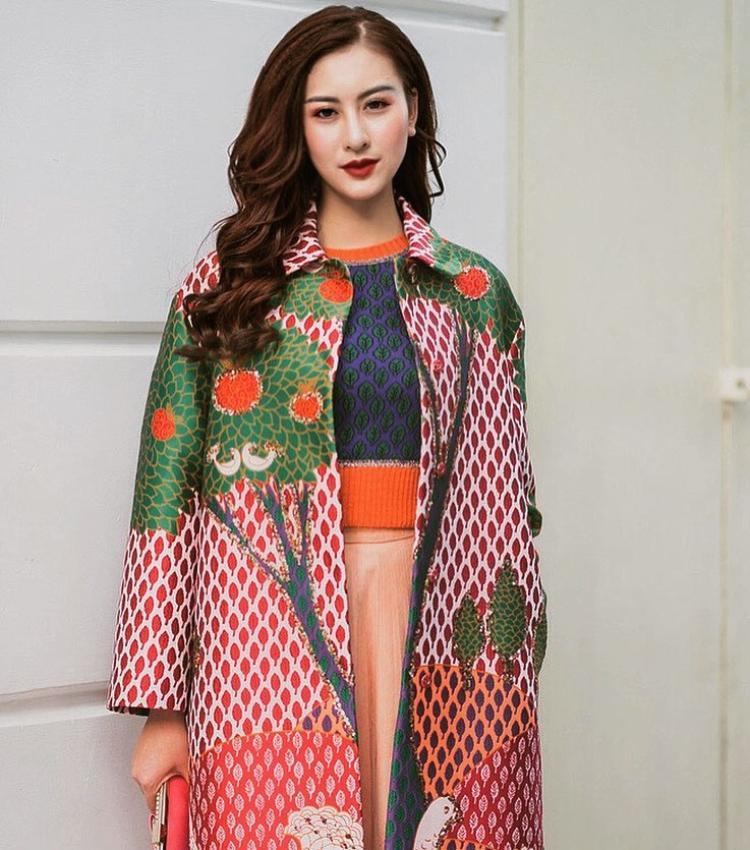 Khoác lên người cả cây Valentino cùng Gucci đắt giá, Hà Lade chứng tỏ cách phối trang phục cao tay khi kết hợp những items màu sắc, họa tiết sặc sỡ nhưng lại chẳng hề rối mắt, sến sẩm.
