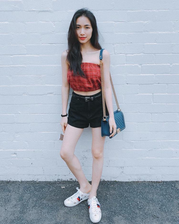 Những tháng gần đây, Hòa Minzy đã bắt đầu tham gia vào công cuộc chơi hàng hiệu không hề kém cạnh các người đẹp trong showbiz. Lần này, nữ ca sĩ khoe túi Chanel và mang giày đạp góp đắt giá của Gucci khi xuống phố.