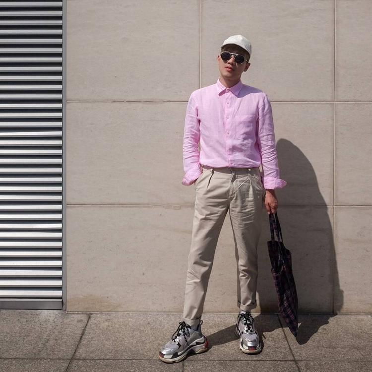 Lê Minh Ngọc có cách phối khá hay với áo sơ mi hồng chất liệu linen cùng quần kaki nâu và giày Balenciaga.