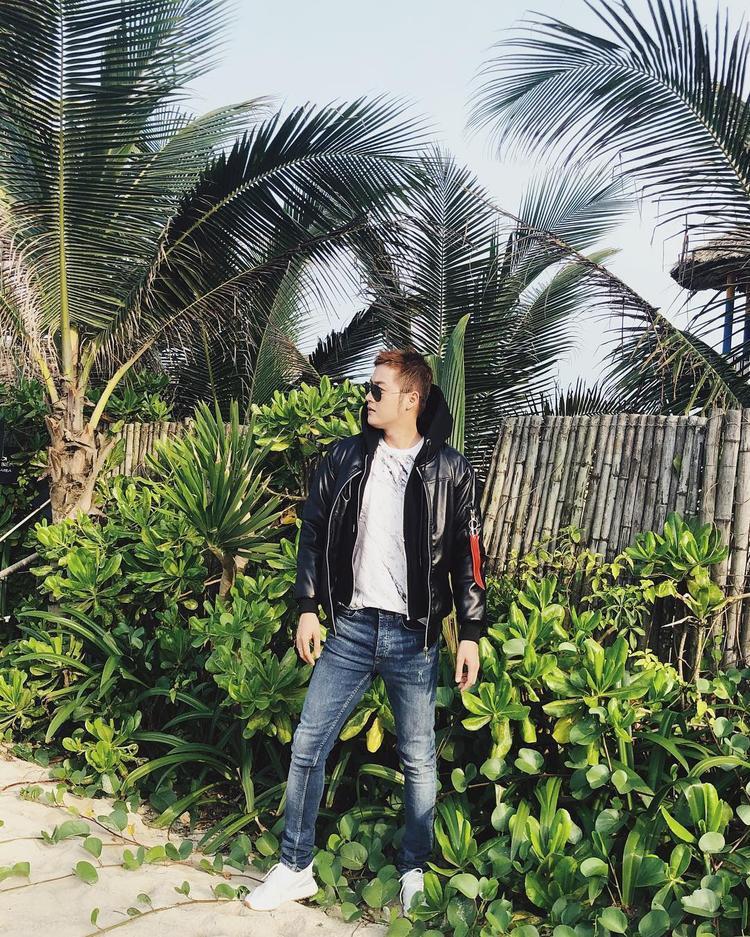 """Thanh Duy tiếp tục chứng tỏ khả năng """"hack tuổi"""" siêu đẳng với outfit trẻ trung. Chưng diện bộ cánh gồm áo khoác da bóng, quần jeans kèm áo phông, kính mát thời thượng, có ai đoán được anh chàng sinh năm 1988."""