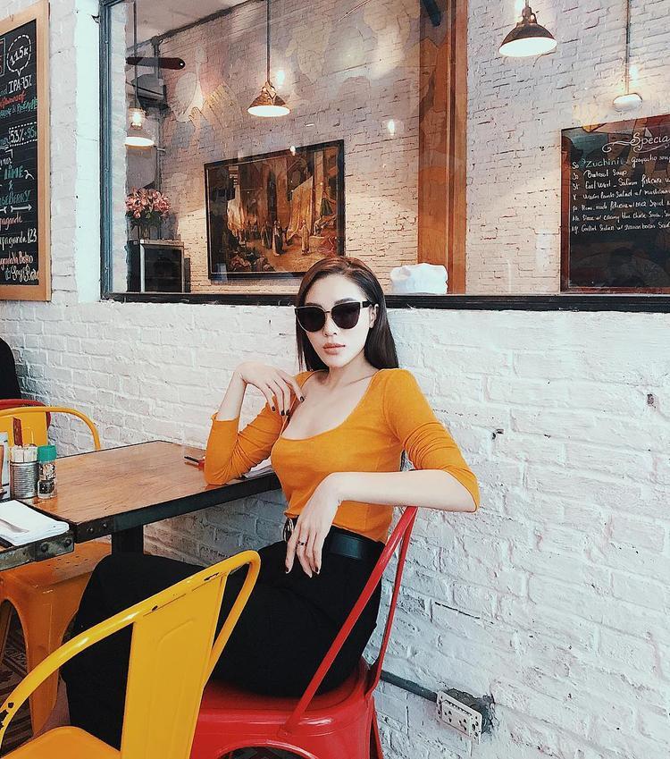 Nếu cô bạn thân Hà Lade chăm chỉ thử nghiệm nhiều phong cách thì Kỳ Duyên cứ mãi trung thành với cách phối đồ màu trơn.