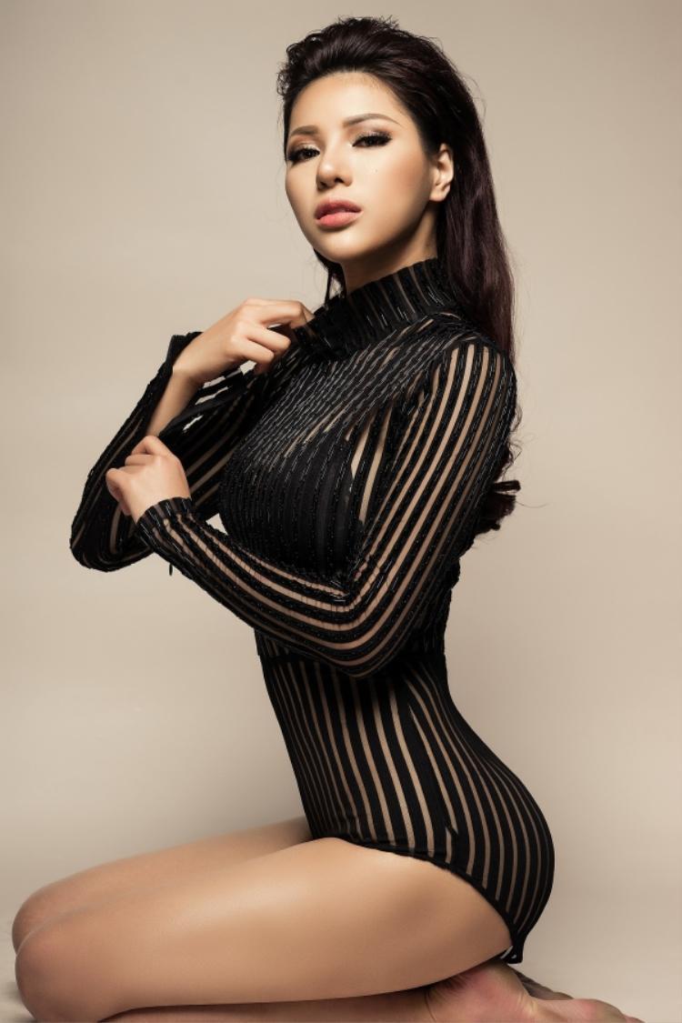 """Với thân hình nóng bỏng, Siêu mẫu Khả Trang từng được chuyên trang sắc đẹp Global Beautiesbình chọn là""""Mỹ nhân đương đại sexy nhất 2016""""."""