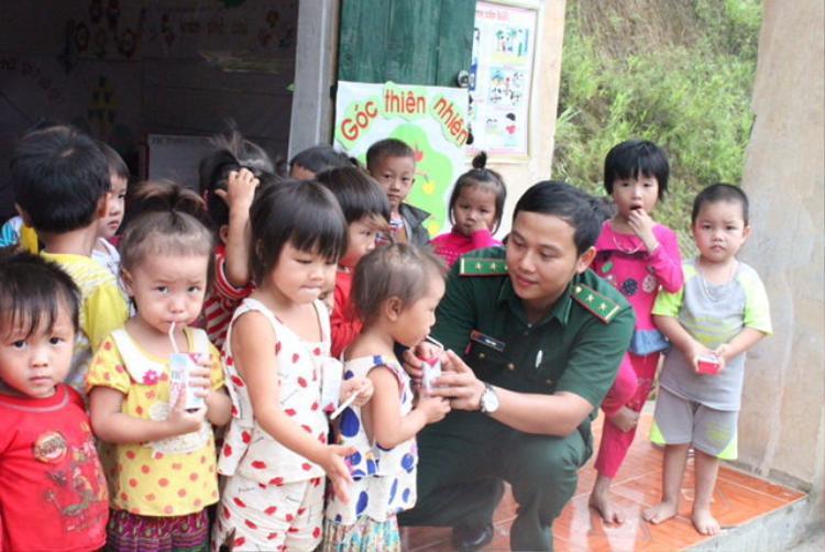 Phạm Tuân trong một chuyến đi trao quà cho trẻ em vùng cao.