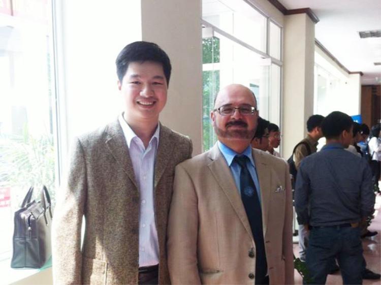 TS. Lê Hoàng Sơn cùng GS. Hamido Fujita - Tổng biên tạp chí Knowledge-Based Systems tại hội nghị quốc tế KSE 2014
