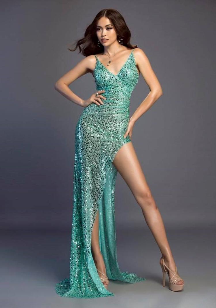 Nhắc đến Lý Quí Khánh không thể không nhắc tới á hậu Mâu Thủy. Bởi chân dài này là một trong những mỹ nhân may mắn nhất được diện váy xẻ đùi từ nhà mốt chuyên trị kiểu đầm khoe chân.