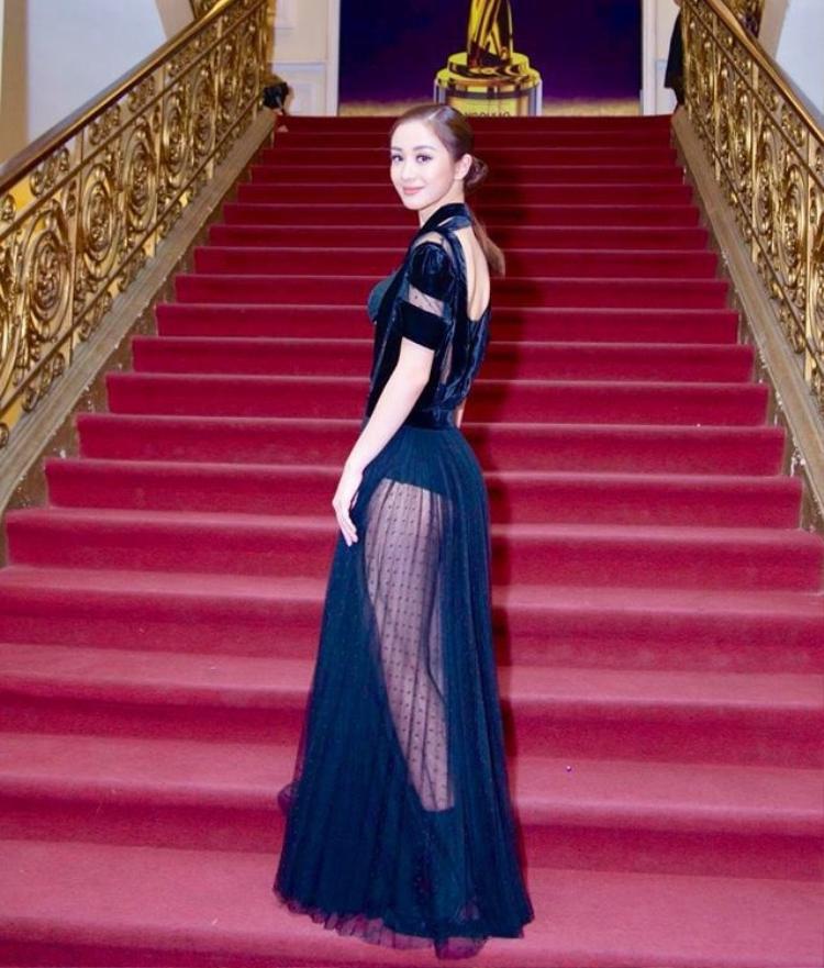 Tại sự kiện diễn ra ở TP.HCM, Jun Vũ mặc chiếc đầm đen để nổi bật làn da trắng sáng. Không ngờ chiếc đầm này trước đó Kỳ Duyên đã từng mặc.