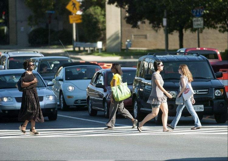 Ô tô phải dừng hẳn lại cho người đi bộ qua đường. Ảnh: Bostonglobe.com