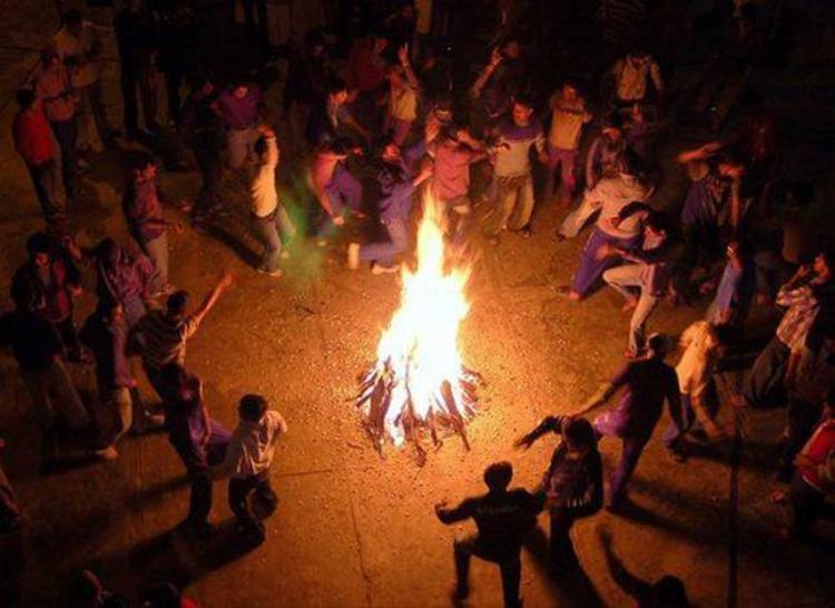 Một buổi cắm trại ở Mỹ, mọi người cùng nhau nhảy múa, đắm chìm trong âm nhạc. Ảnh: Surreyfarms