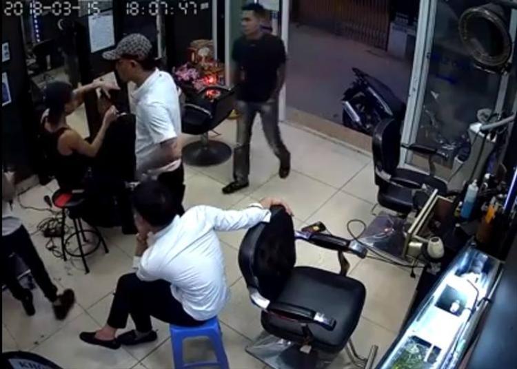 Nhóm đối tượng xông vào quán cắt tóc gây sự.