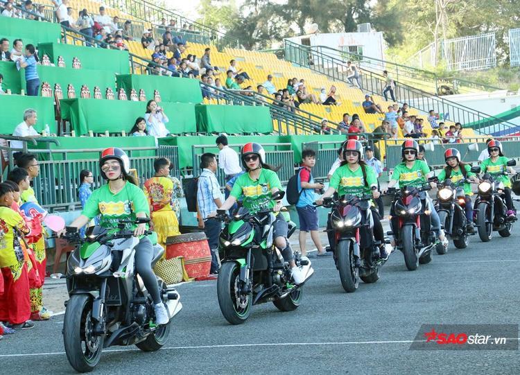 Kim Nguyên - hot girl từng dậy sóng Tây Đô dẫn đầu đàn xe đi vòng quanh sân Cần Thơ.
