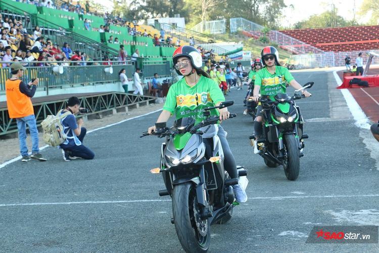 Tất cả là vì tình yêu dành cho U23 Việt Nam và CLB Cần Thơ. Những cô gái hot girl muốn mang đến một bầu không khí tưng bừng nhất cho xứ Tây Đô.