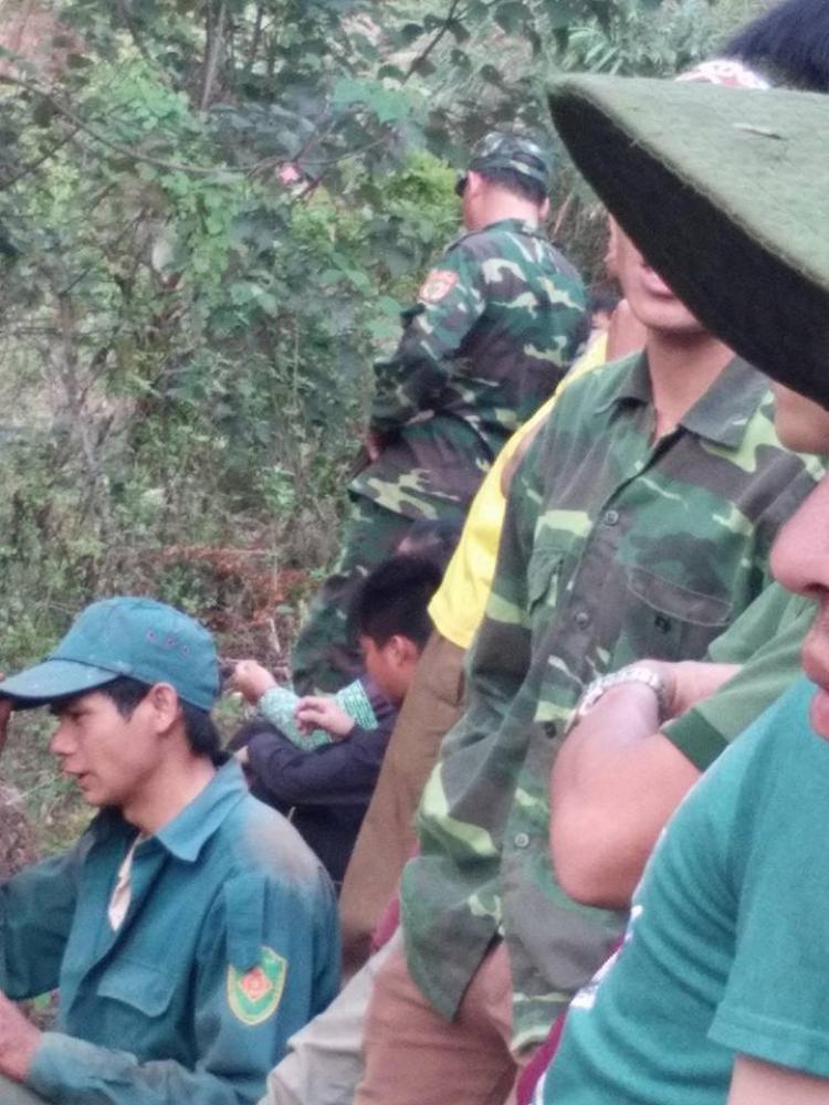 Rất đông người dân có mặt tại khu vực nơi phát hiện thi thể nạn nhân.