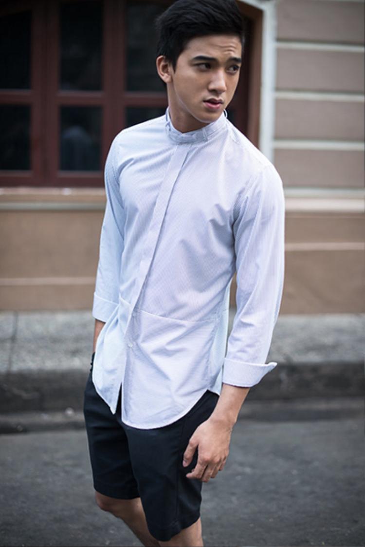 Đôi khi cần một chút năng động thoải mái anh diện sơ-mi với quần short. Lối ăn diện này khiến anh chàng trông thật gần gũi, trẻ trung nhưng vẫn không kém phần cuốn hút.