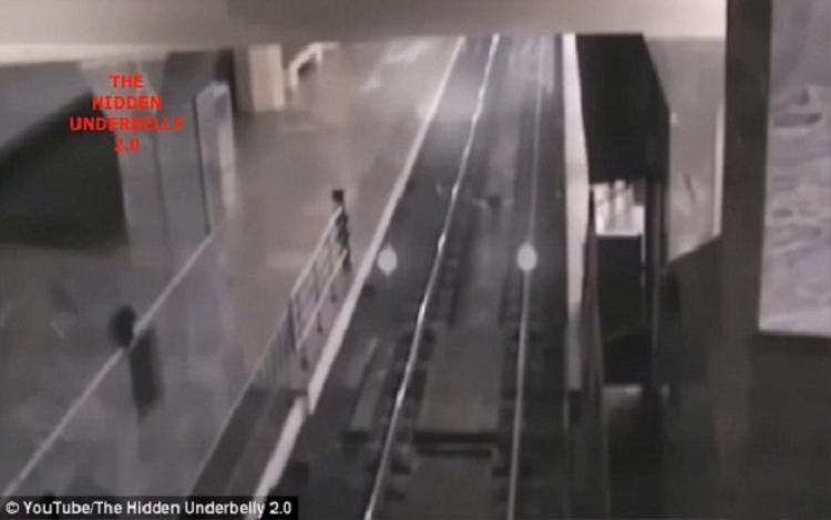 Đầu đoàn tàu xuất hiện trên màn hình. Ảnh: Youtube
