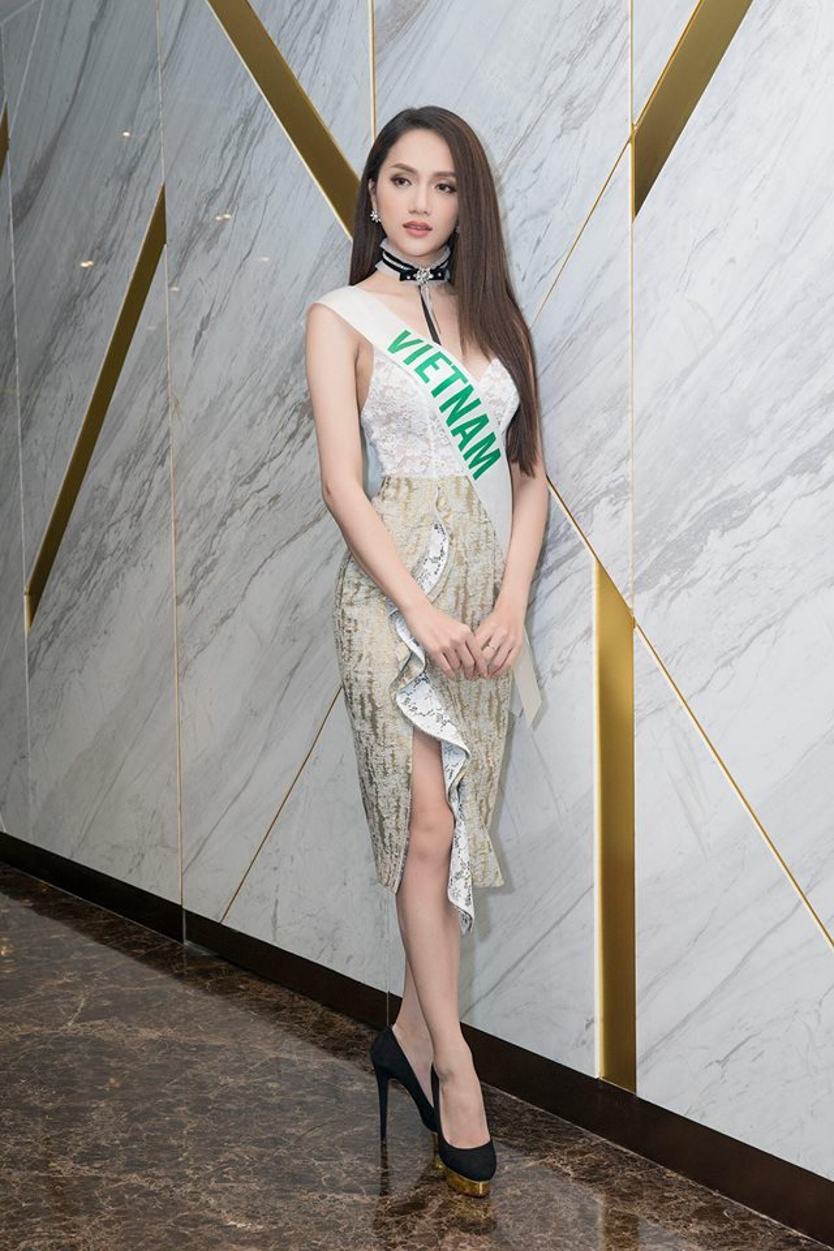 Thiết kế váy liền thân ôm sát cơ thể được phối hợp nhiều chất liệu như vải xuyên thấu, ren, mềm mại giúp đại diện Việt Nam vô cùng thanh lịch, nhã nhặn nhưng cũng không kém phần gợi cảm.