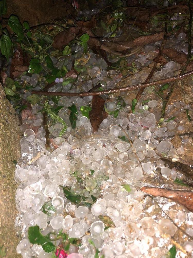 Những viên đá to chất thành đống.